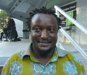 """<strong style=""""margin-right:4px;"""">Photo publiée par l'utilisateur de Wikipedia Binyavanga Wainaina au Festival du Livre de Brooklyn 2009. CC BY 3.0.</strong>  Binyavanga Wainaina au Festival du Livre de Brooklyn 2009"""