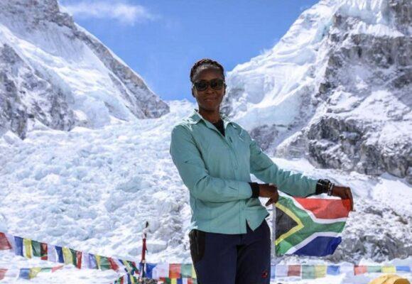 A 47 ans et après 3 tentatives ratées, une Sud-africaine gravit l'Everest pour promouvoir l'Education