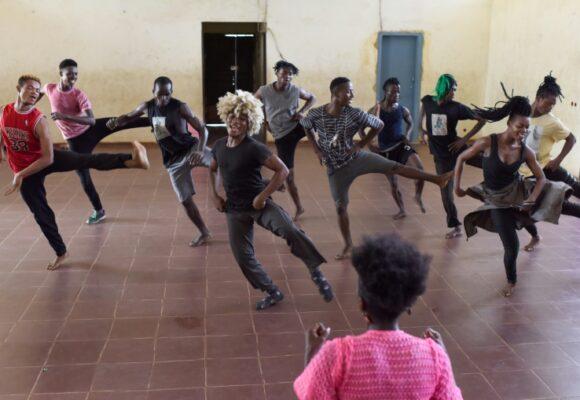 «Les Pieds dans la mare», compagnie de danse issue des quartiers pauvres à Abidjan